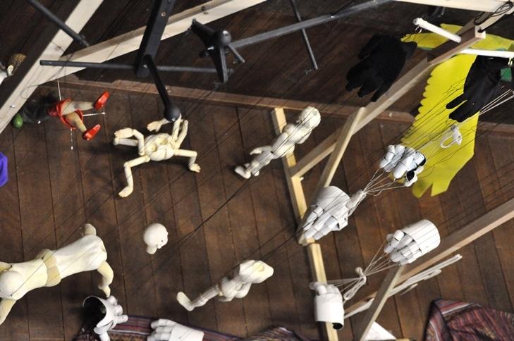 『高丘親王航海記』舞台裏で待機する人形たち。