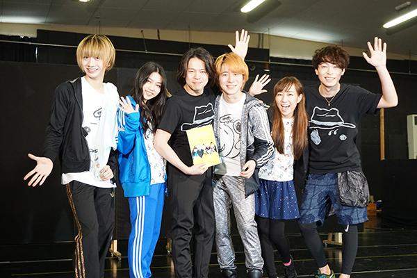 左から古田一紀、田野優花(AKB48)、中川晃教、村井良大、高垣彩陽、東山光明。