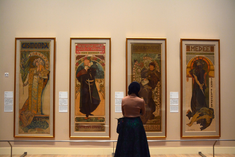 「1章・ミュシャとアールヌーヴォー」の展示風景。名作《ジスモンダ》《ハムレット》《ロレンザッチオ》《メディア》ほか、ポスターアートも観られる