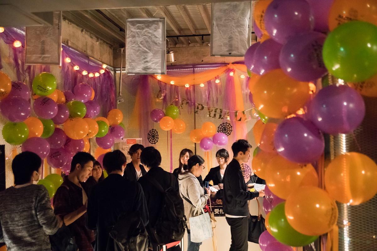 会場の東京WOMBはハロウィン一色に。