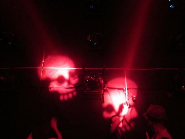 「奏でる儀式 Sound Ritual」で壁面に映し出されるドクロの姿。