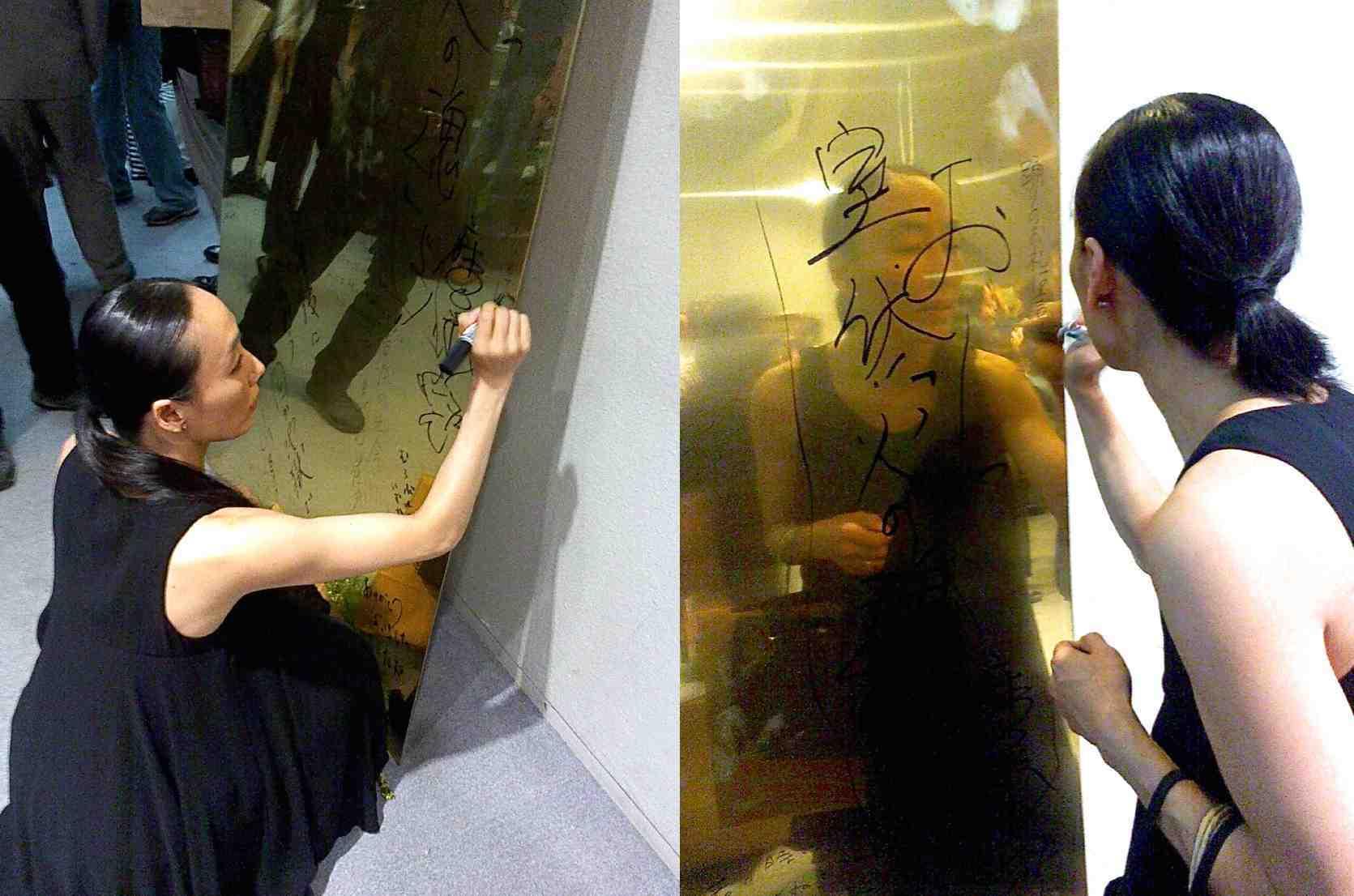 真鍮板の寄せ書き(写真は2007年『ミミ』で共演した黒田育代さん) ©Hiroshi Tsutsumi