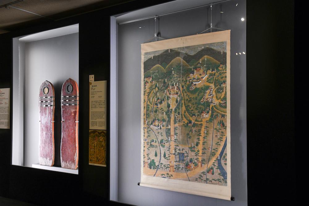 手前:《三輪山絵図》室町時代・16世紀 奈良・大神神社蔵 ※8月1日(日)まで展示