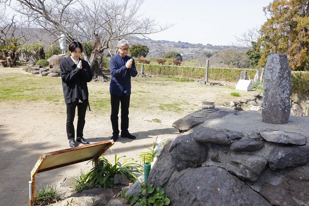 舞台『魔界転生』 (左から)お墓に手を合わせる小池徹平、堤幸彦