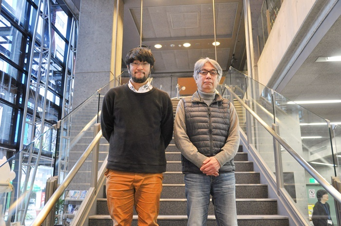 (左から)神戸アートビレッジセンタープログラム・ディレクターのウォーリー木下、館長の大谷燠(いく)。KAVCホールのエントランスにて。 [撮影]吉永美和子(このページすべて)