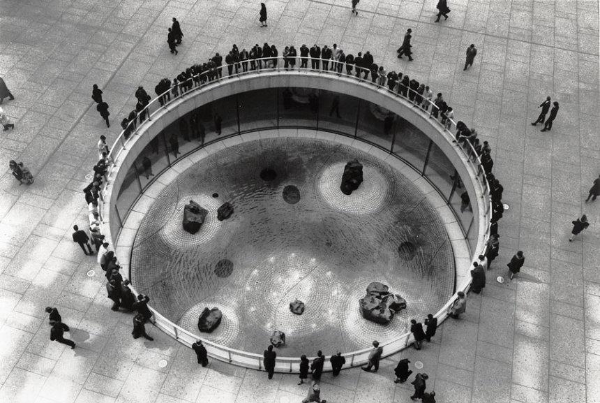 イサム・ノグチ『チェイス・マンハッタン銀行プラザのための沈床園』1961-64年  ©The Isamu Noguchi Foundation and Garden Museum, New York / Artist Rights Society [ARS] - JASPAR. Photo by Arthur Levine.
