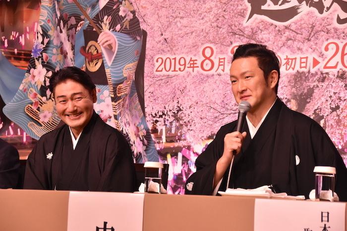 中村獅童と澤村國矢(右から)