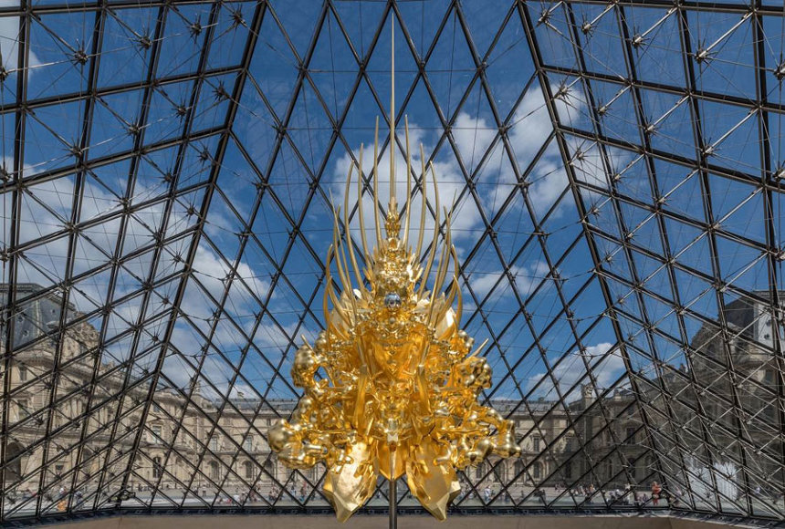 名和晃平『Throne』2018 mixed media h.1040, w.480, d.330 cm  photo: Nobutada OMOTE | SANDWICH ©Pyramide du Louvre, arch. I. M. Pei, musée du Louvre