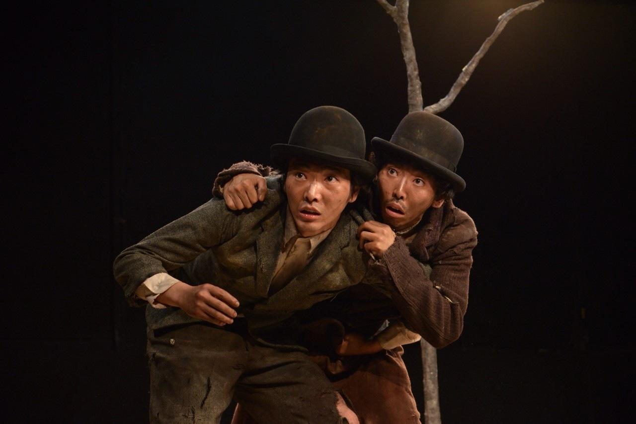 『ゴドーを待ちながら』'初演の舞台より。左から、柄本佑(ヴラジーミル)、柄本時生(エストラゴン)。2014年8月、ザ・スズナリ。