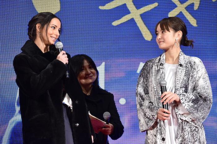 ヴィクトリア役を演じたデブラ・ヘイワード(左)と、日本語版吹き替えを担当した葵わかな