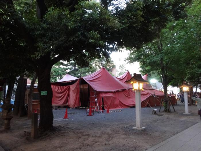 新宿・花園神社内に佇む唐組の紅テント (撮影:SPICE安藤光夫)