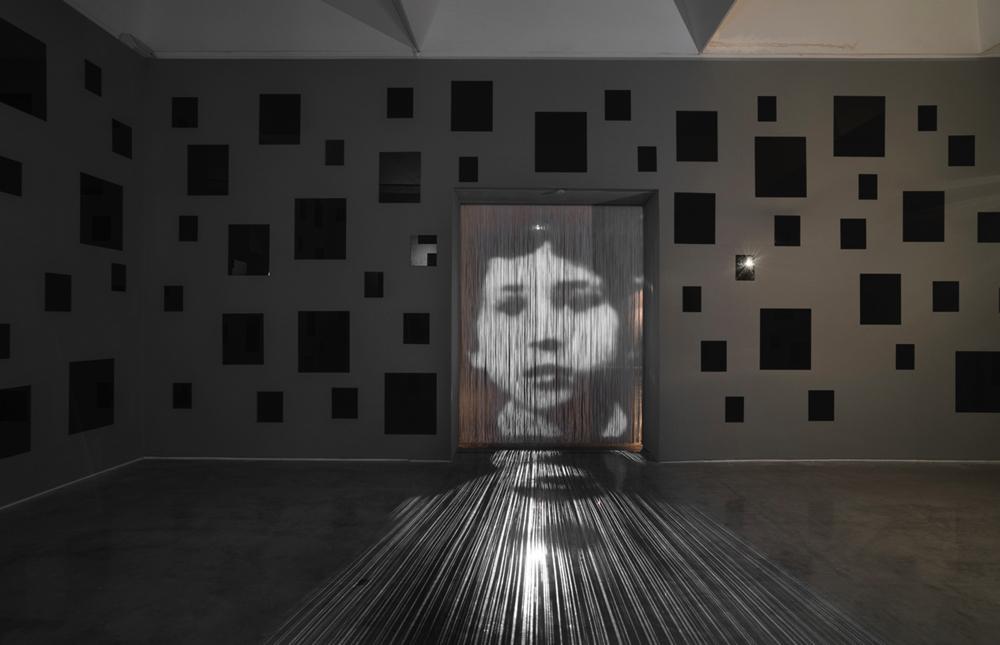 《合間に》 2010 / ビデオプロジェクション、ストリングス・カーテン / 作家蔵 (C) Christian Boltanski / ADAGP, Paris, 2019, Photo