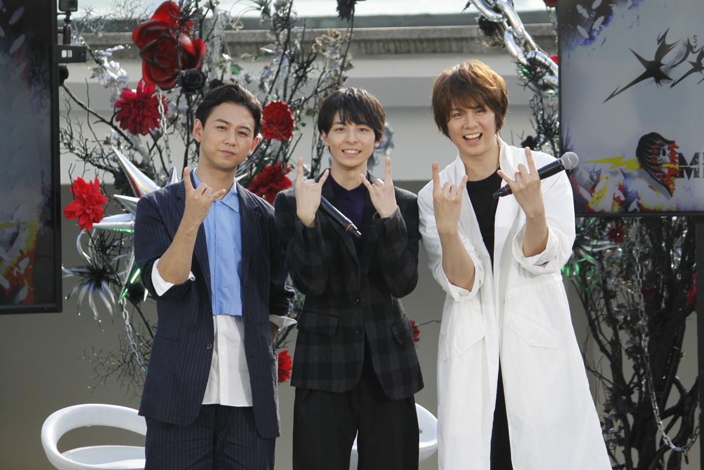 (左)柳下大、(中央)高杉真宙、(右)浦井健治 三人そろってメタルポーズ