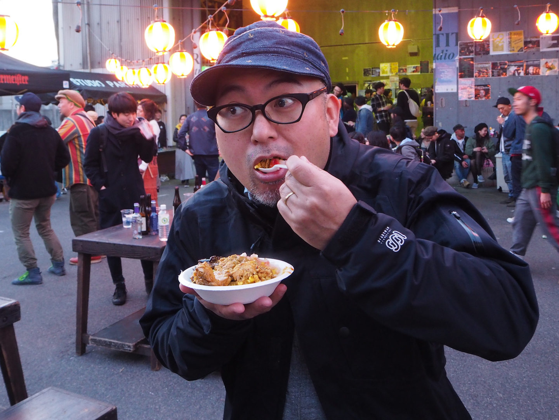 デッカオのチキンカレーを食べる男性 撮影=senda