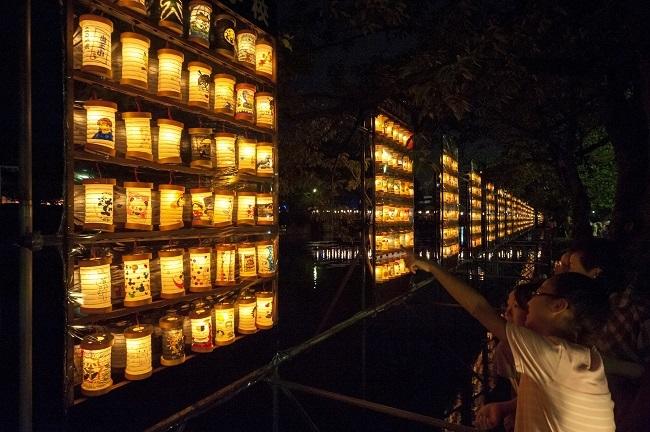 地元の小学生が作った約2,000個の手作りちょうちんが小田原城址公園のお堀沿いに飾られる