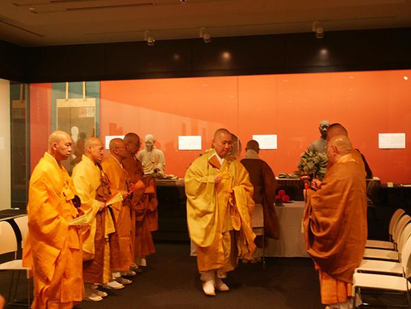展覧会開幕を目前に、西大寺長老の大矢實圓師らによって執り行われた開白法要の様子
