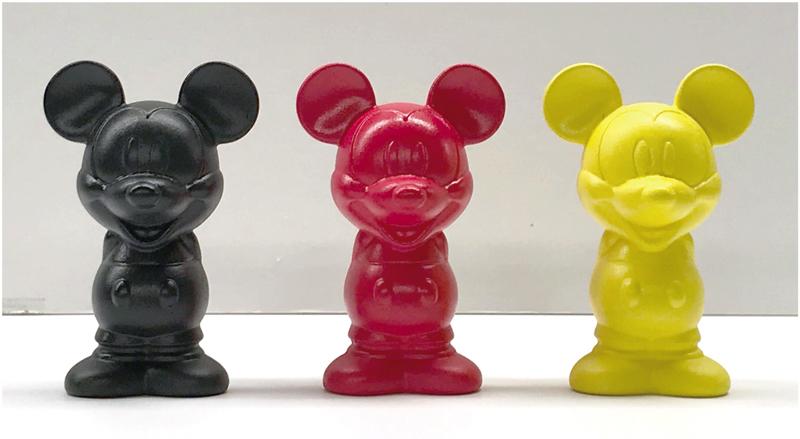 陶器製 HAPPINESS FIGURE 全3色¥950(税込み) ※本展覧会にて先行販売となります。 フュギュアの中には書籍「ミッキーマウス幸せを呼ぶ言葉」内 の25種のメッセージが入っています。 (C)Disney