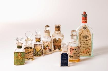 華やかでレトロな香水瓶がずらり 『近代香粧品なぞらえ博覧会』が伊勢半本店 紅ミュージアムで開催