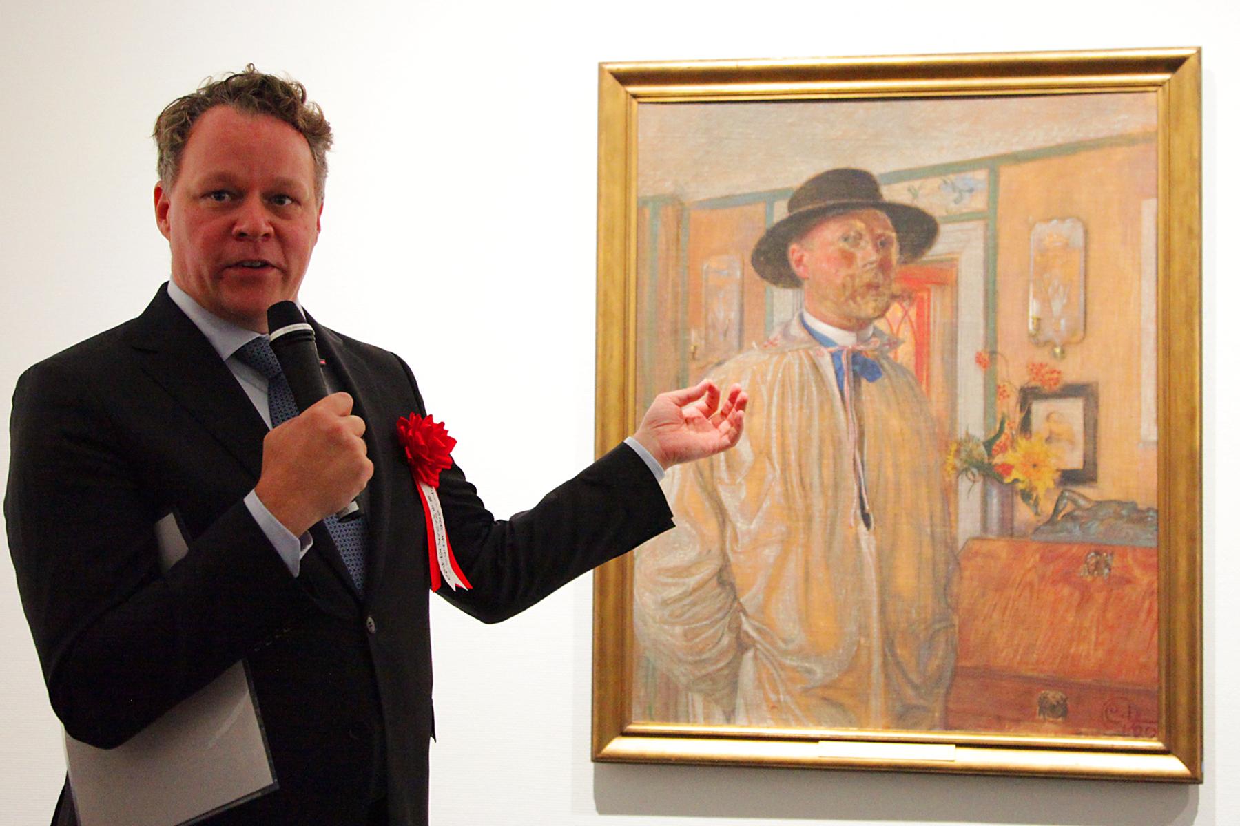 ラーションの自画像と、ティールスカ・ギャラリー館長 パトリック・ステウルン