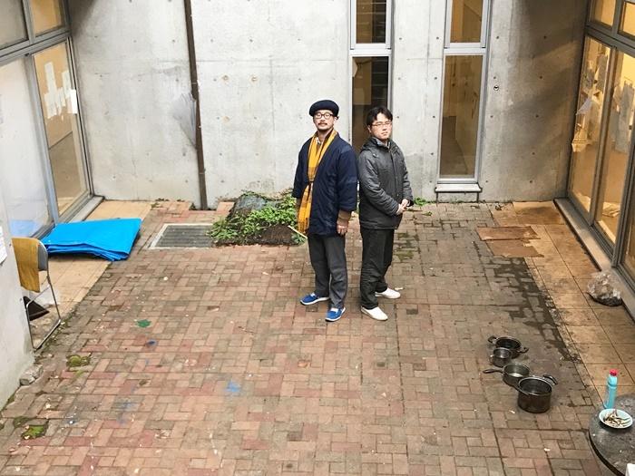 (左から)益山貴司(劇団子供鉅人)、小林欣也。京都大学吉田寮 西寮(新棟)中庭にて。 [撮影]吉永美和子(このページすべて)