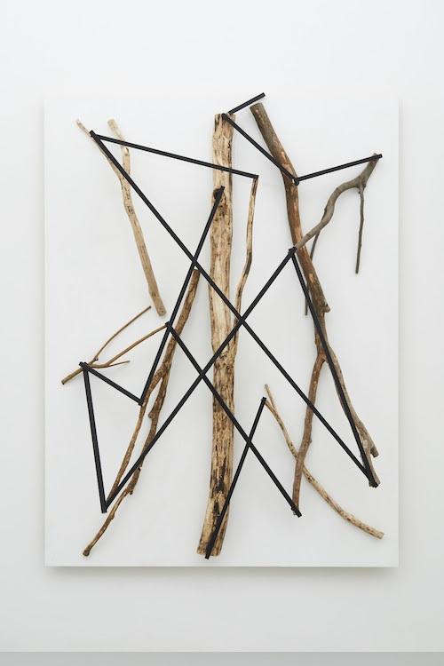 景間律Law of Interstitial Scenery 2019 wood, acrylic h.180.7 x w.135.0 x d.37.3 cm (C)Kishio Suga
