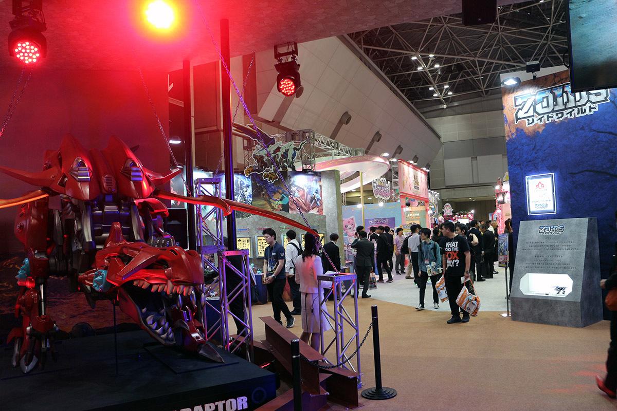 「タカラトミーアーツ」ブースの入口には完全新作ゾイドの巨大モデル。