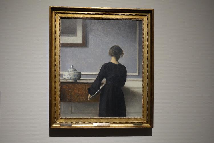 ヴィルヘルム・ハマスホイ《背を向けた若い女性のいる室内》1903 – 04年 ラナス美術館