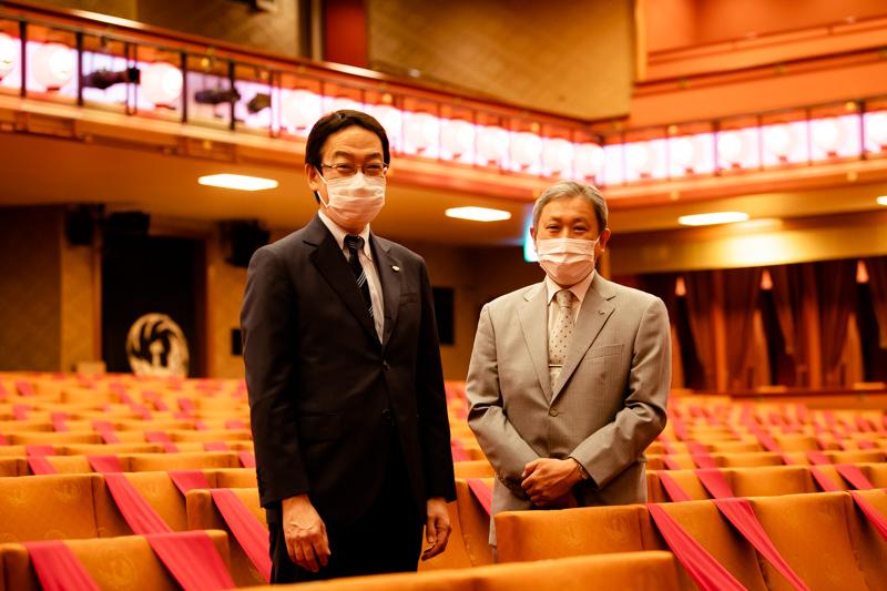 (左から)歌舞伎座支配人の千田学さんと、歌舞伎製作部部長の橋本芳孝さん