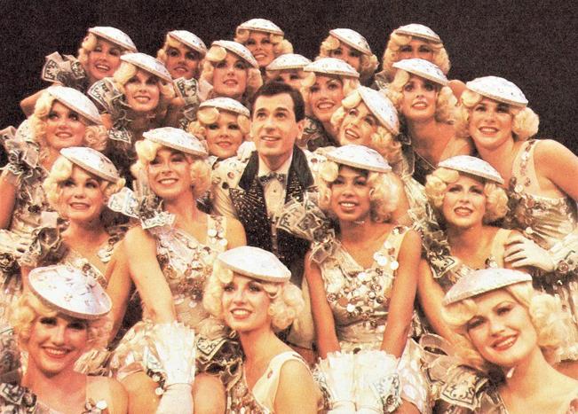 ブロードウェイ初演(1980年)の舞台より、〈お金がたっぷり〉のナンバー。リー・ロイ・リームズ(中央)とダンサーたち Photo Courtesy of Lee Roy Reams