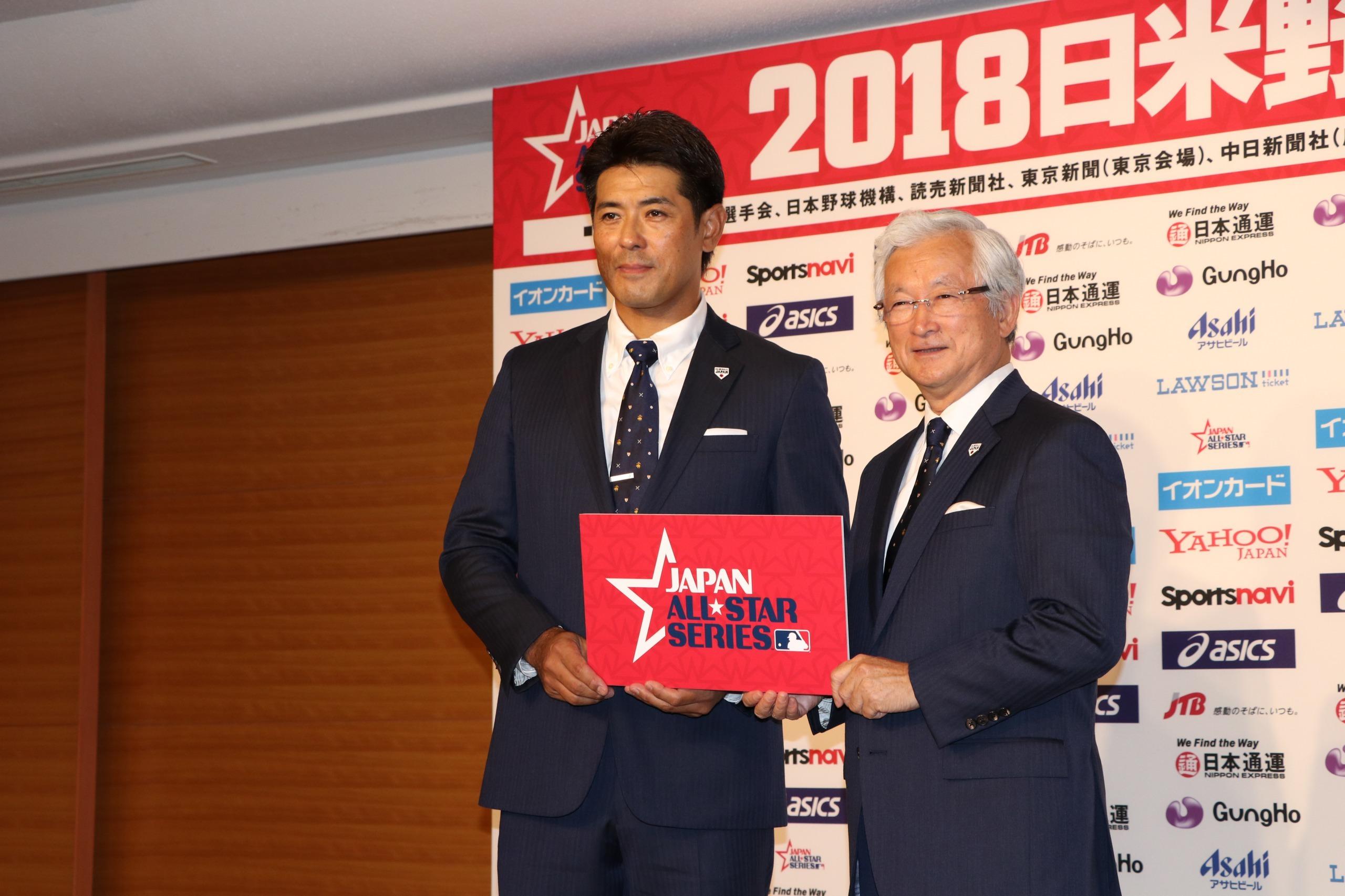 日米野球の記者会見に臨んだ侍ジャパンの稲葉篤紀監督(左)と、同強化委員会の山中正竹強化本部長