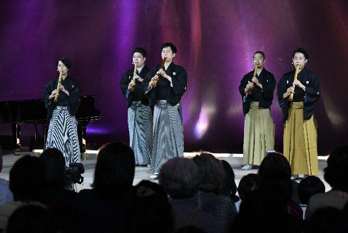 『鶴の巣籠』は、道山(中央)が親鶴、4人が子鶴役で演奏