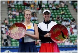 昨年大会シングルス優勝のキャロライン・ウォズニアッキ(右)と、準優勝のアナスタシア・パブリュチェンコワ