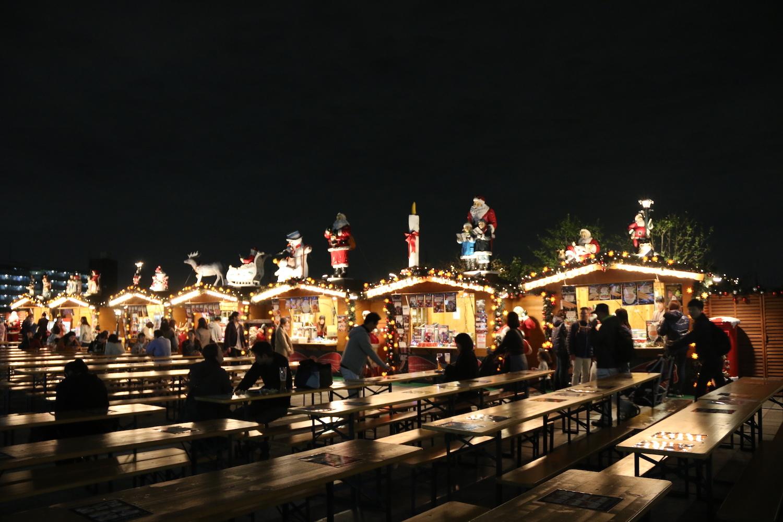 本場ドイツを感じるデコレーションのクリスマスマーケットには美味しいメニューがずらりと並ぶ