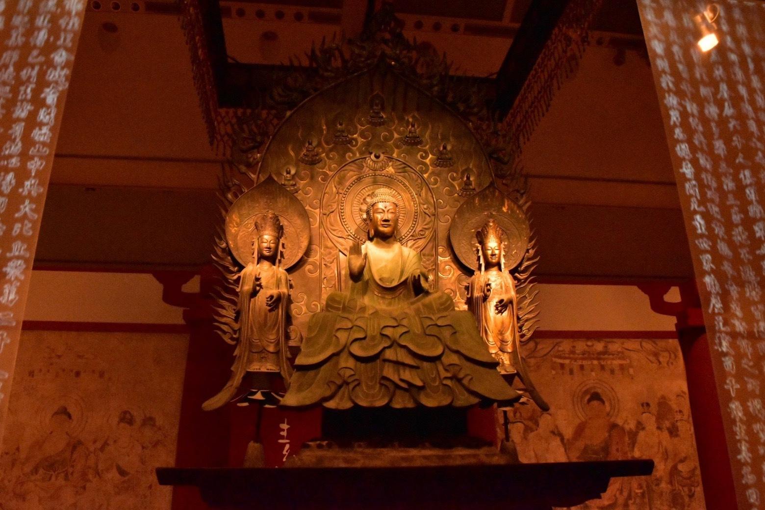 会場エントランス クローン文化財 法隆寺釈迦三尊像 623年