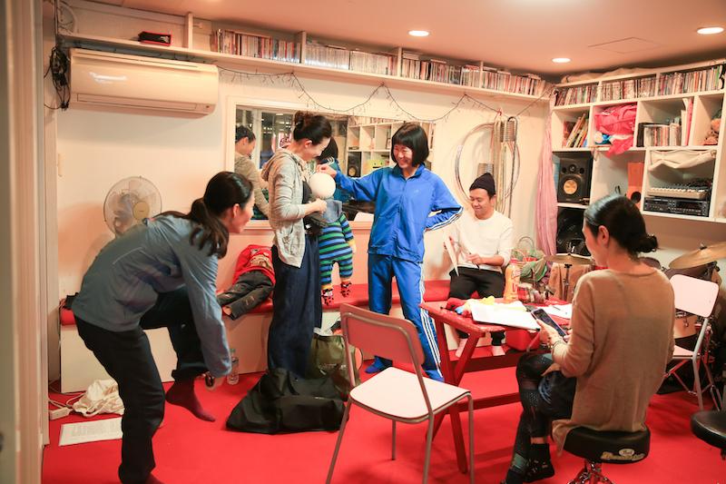 左から町田マリー、延増静美、高野ゆらこ、富岡晃一郎、中込佐知子