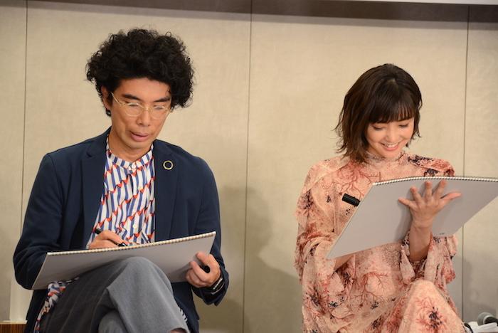 「一番頭の中を占めている問題」について絵を描く片桐仁(左)と倉科カナ