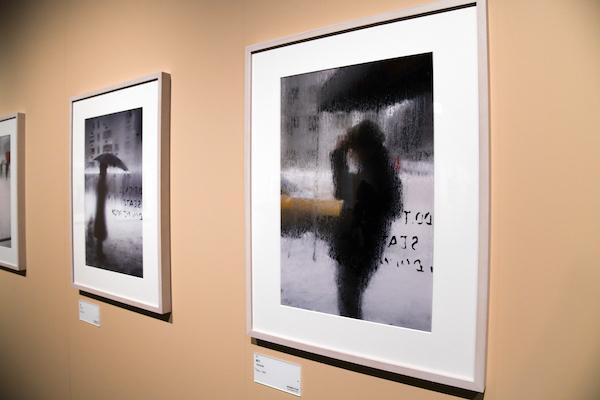手前:ソール・ライター《帽子》1960年頃、発色現像方式印画 (C)Saul Leiter Foundation