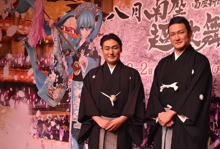 中村獅童、澤村國矢(右から)。背景には初音ミクの姿も。