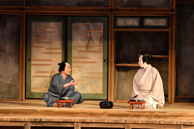令和3年2月歌舞伎座『泥棒と若殿』(左から)伝九郎=尾上松緑、松平成信=坂東巳之助 /(C)松竹