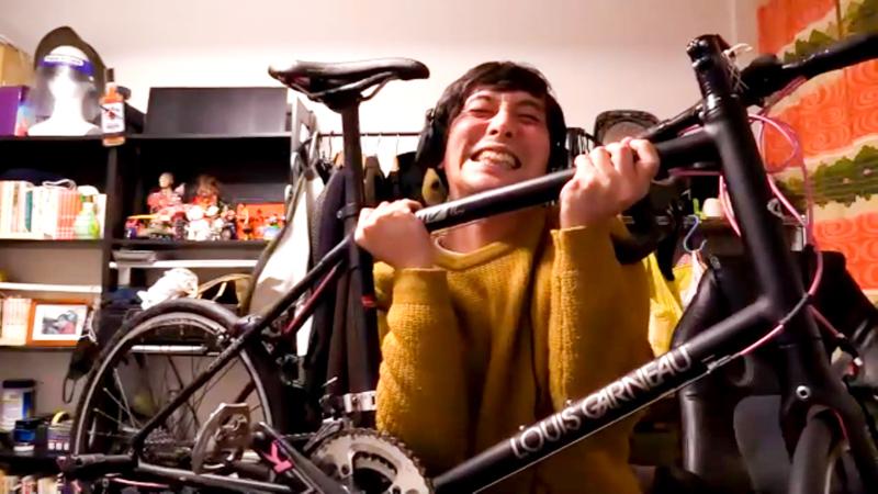 旅芸人役のかませけんたと自転車