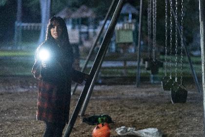 暗闇に浮かび上がる、白いマスクの殺人鬼 映画『ハロウィン KILLS』ブギーマンが子どもたちを狙う本編映像を解禁