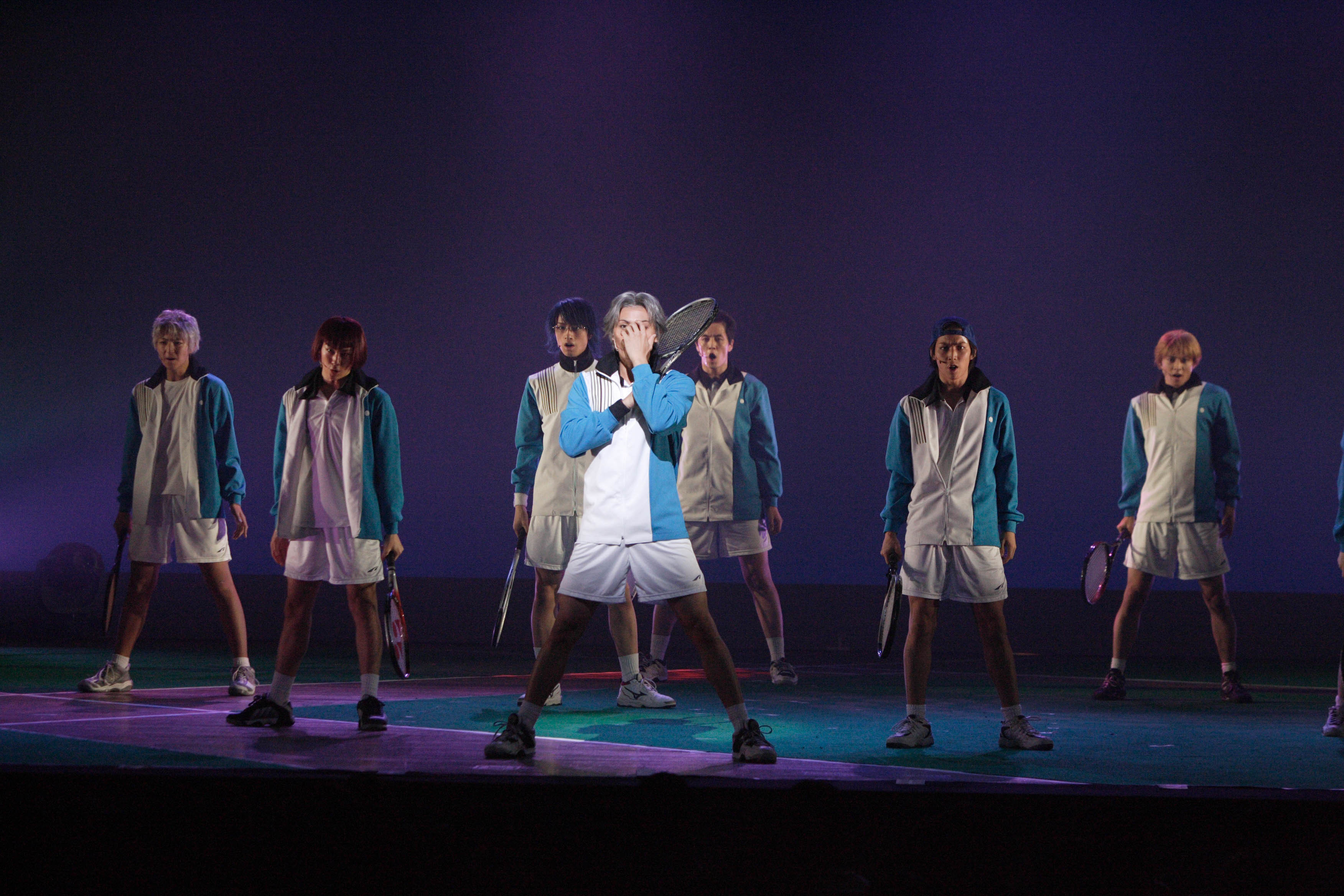 ミュージカル『テニスの王子様』The Imperial Match 氷帝学園 in winter 2005-2006より 中央:加藤和樹、後方:斎藤工