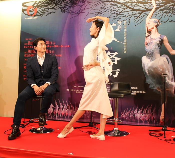 王佳俊、朱鷺のポーズを取る朱潔静  撮影=西原朋未