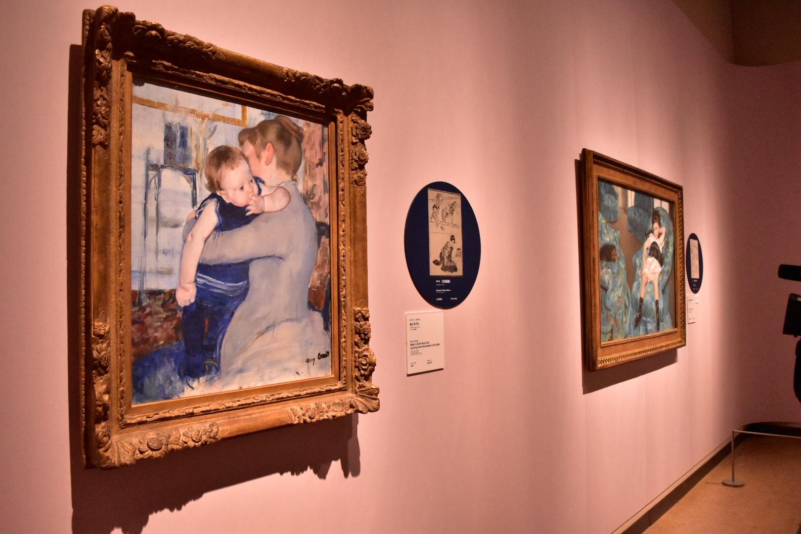 左から:メアリー・カサット《母と子ども》1889年頃 シンシナティ美術館、葛飾北斎『北斎画鏡』1818(文政元)年 個人蔵、 メアリー・カサット《青い肘掛け椅子に座る少女》1878年 ワシントン・ナショナル・ギャラリー