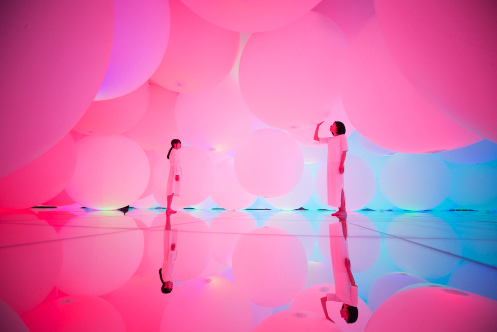 Expanding Three-dimensional Existence in Transforming Space - Free Floating, 12 Colors  teamLab, 2018, Interactive Installation, Endless, Sound: Hideaki Takahash