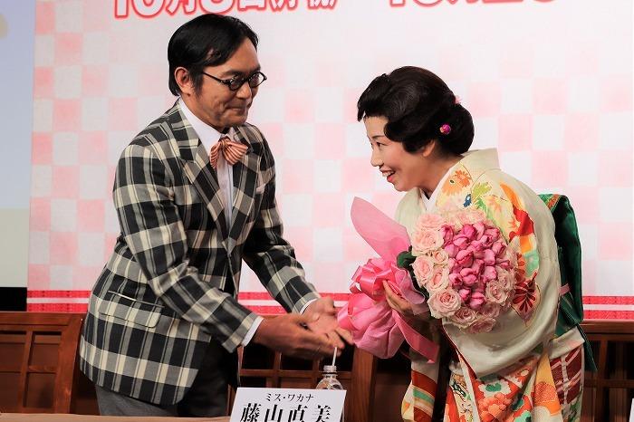 藤山直美さんに渡辺いっけいさんから花束が贈られました