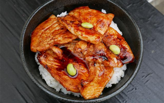 十勝帯広上豚丼 900円(BUTASAN)…上質な北海道十勝産豚肉を秘伝のタレで香ばしく焼きあげた上豚丼