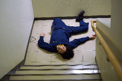 安田顕の全身が危険な角度で曲がりまくり 44歳の誕生日記念で映画『不能犯』から怪しい出演カットを解禁