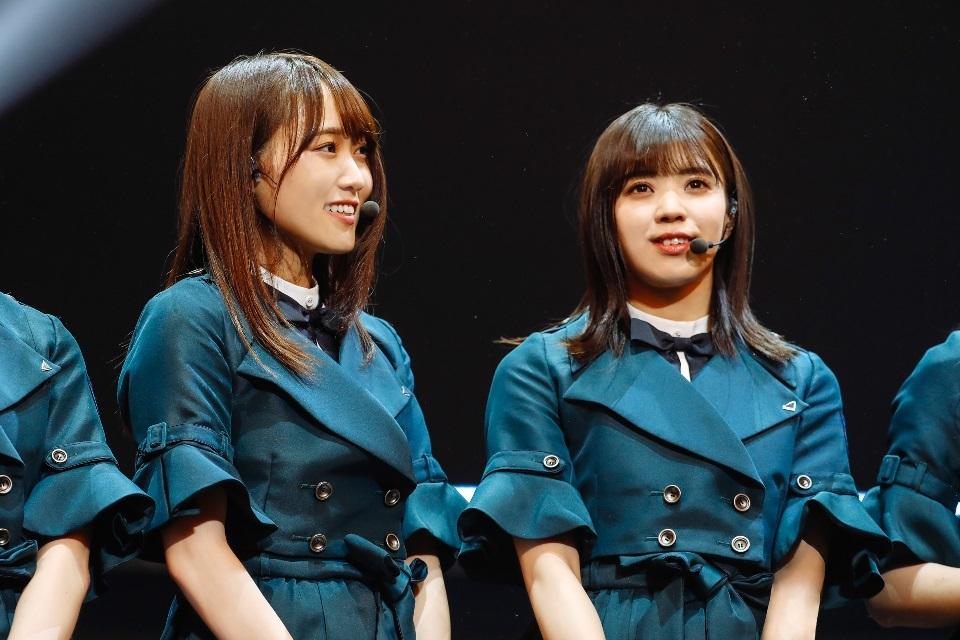 左から、菅井友香、小林由依 『欅坂46 3rd YEAR ANNIVERSARY LIVE』日本武道館公演 撮影=上山陽介