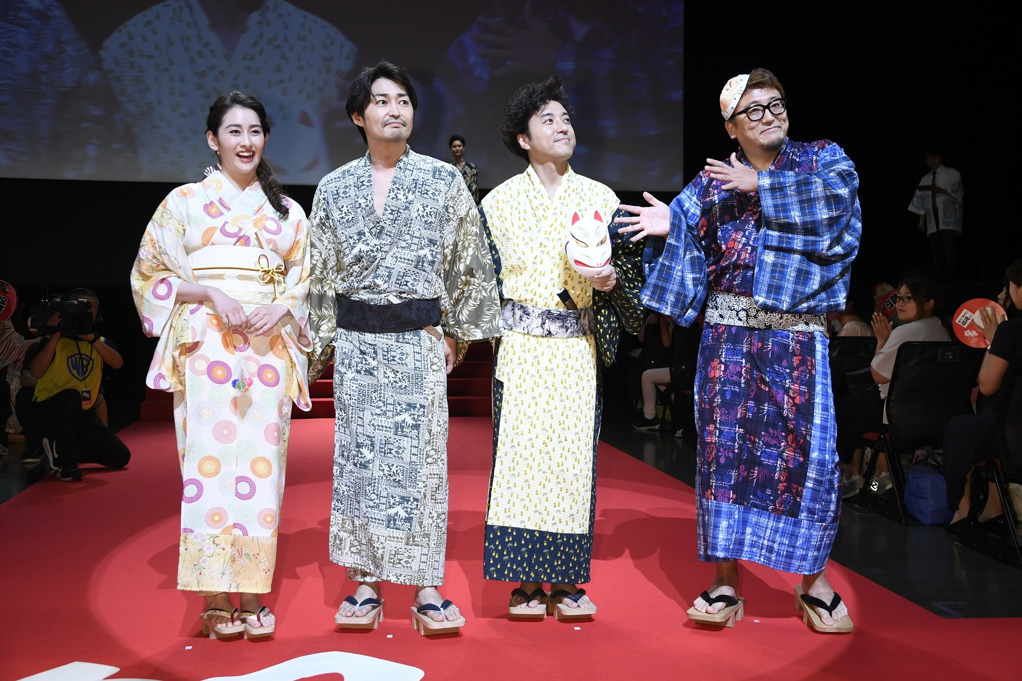左から、早見あかり、安田顕、ムロツヨシ、福田雄一監督